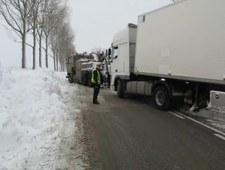 """Ponad dobę wydobywano ciężarówki ze śniegu na """"11"""""""