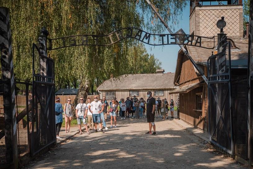 Ponad dwa miliony zwiedzających przechodzą rocznie przez bramę dawnego obozu Auschwitz-Birkenau /