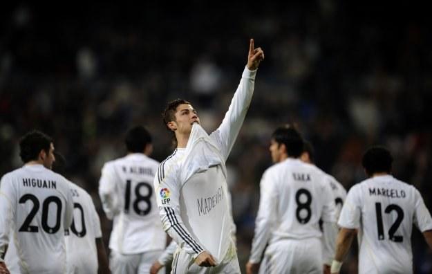 Ponad milion kibiców kupiło już repliki koszulek Cristiano Ronaldo /AFP