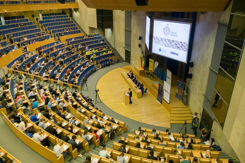 Ponad pół tysiąca osób dołączyło w sobotę do III Dyktanda Krakowskiego. Obecni w Auditorium Maximum UJ zmierzyli się z tekstem pełnym językowych pułapek. /Fot. Paweł Krawczyk /INTERIA.PL