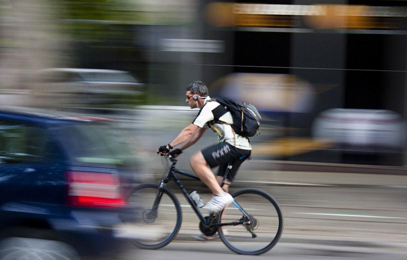 Ponad połowa młodych użytkowników rowerów i rolek nie dostrzega związku pomiędzy bezpieczeństwem na drodze a słuchaniem muzyki lub rozmową przez telefon komórkowy /123RF/PICSEL