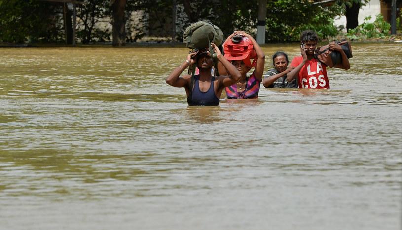 Ponad sto tysięcy ludzi musiało opuścić swe domy /AFP