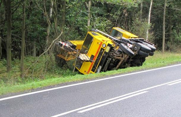 Ponad trzy promile alkoholu miał kierowca dźwigu, który wpadł do rowu. /KWP Olsztyn /RMF24.pl
