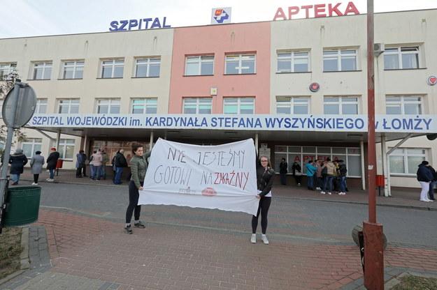 Poniedziałkowy protest przed szpitalem w Łomży / Artur Reszko    /PAP