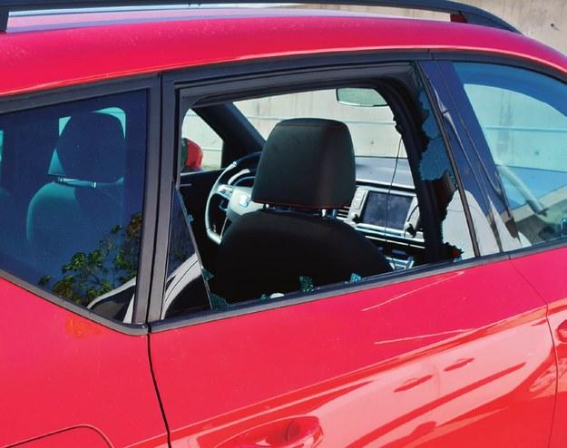 Ponieważ na naprawę szyby trzeba było czekać w Hiszpanii kilka dni, właściciel auta postanowił wrócić do kraju. /Motor