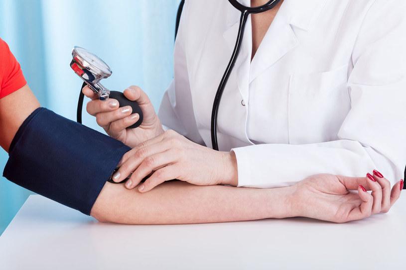 Ponieważ na podstawie pomiarów z jednej wizyty nie można rozpoznać nadciśnienia, lekarz powinien wyznaczyć kolejne spotkanie w niedługim czasie /123RF/PICSEL