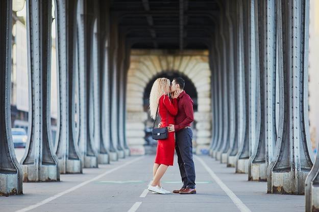 Pont de Bir-Hakeim w Paryżu - para zakochanych /©123RF/PICSEL