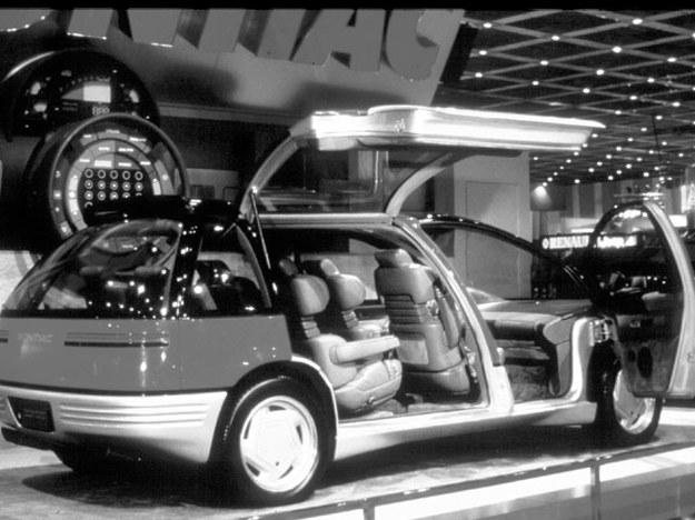 Pontiac Trans Sport, jego nazwa przywoływać ma na myśl raczej duże zdolności przewozowe niż ewentualne cechy sportowe. Przednie drzwi otwierają się normalnie, czterej pasażerowie zajmujący tylne siedzenia wchodzą przez pojedyncze drzwi uchylane, znajdujące się tylko po prawej stronie samochodu. /Motor