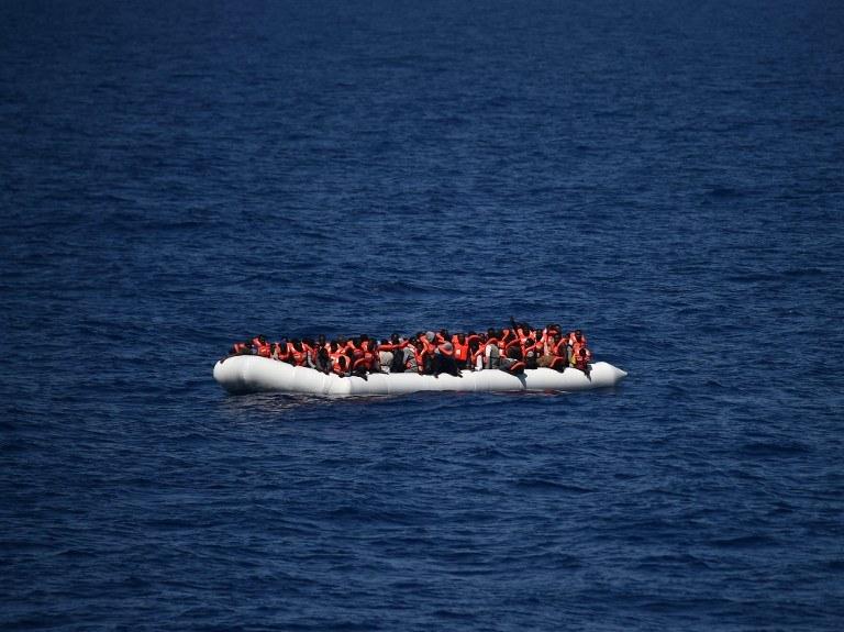 Ponton z uchodźcami i migrantami niedaleko libijskiego wybrzeża /GABRIEL BOUYS / AFP /AFP