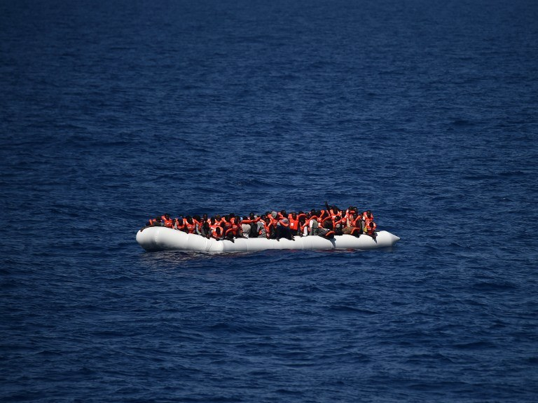 Ponton z uchodźcami i migrantami, zdj. ilustracyjne /GABRIEL BOUYS / AFP /AFP