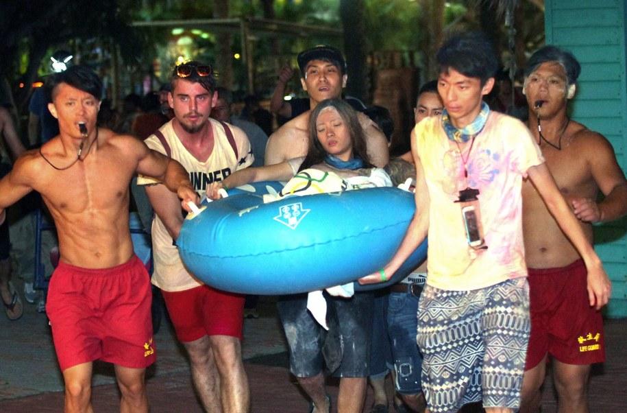 Poparzonych widzów ewakuowano w pontonach i na noszach /STRINGER /PAP/EPA