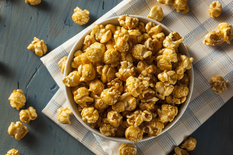 Popcorn w karmelu /©123RF/PICSEL