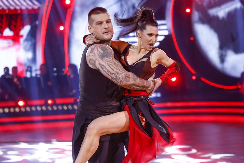 Popek i Janja Lesar zatańczyli cza-czę do choreografii wykorzystującej motyw sztuk walki /AKPA