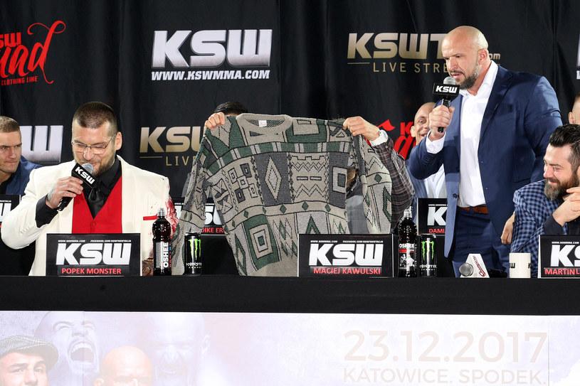"""Popek Monster (z lewej) odbiera """"sweter Kononowicza"""" od Tomasza 'Stracha' Oświecińskiego /fot. Marcin Szymczyk/FotoPyk /Newspix"""