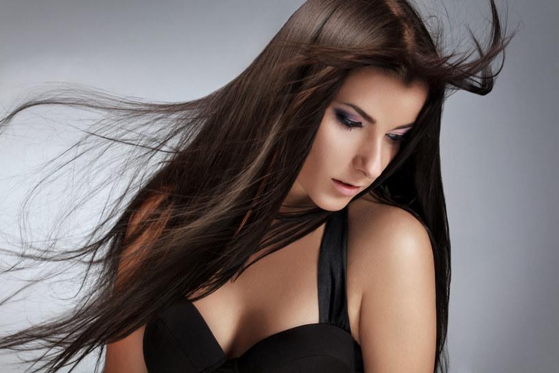 Popielate refleksy dodadzą fryzurze charakteru /123RF/PICSEL
