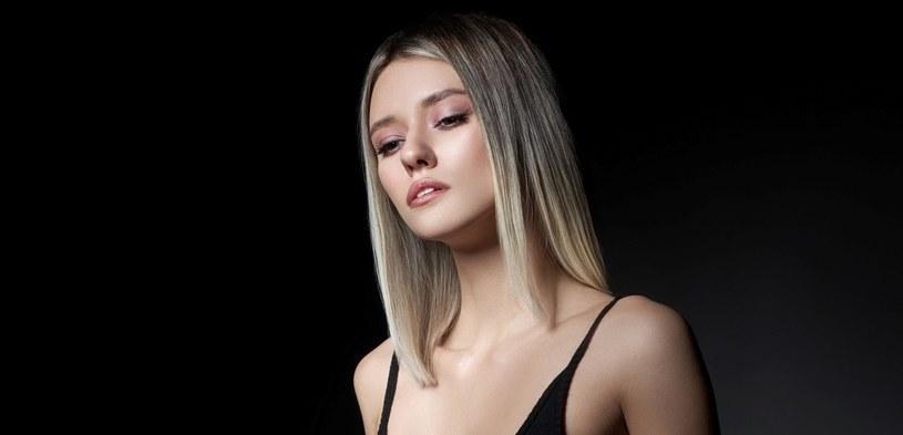 Popielaty blond z pewnością nie jest odcieniem odpowiednim dla każdej kobiety /123RF/PICSEL