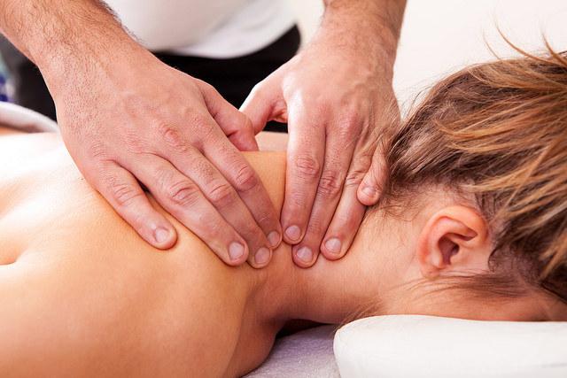 poprawia postawę masaż /© Photogenica