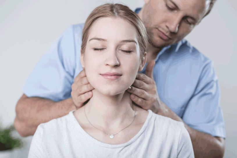 Poproś bliską osobę o masaż głowy, karku i ramion /©123RF/PICSEL