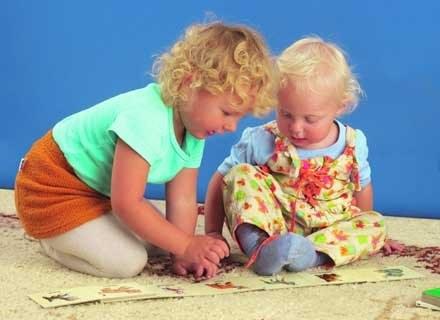 Poprzez zabawę dzieci uczą się ról spolecznych. /INTERIA.PL