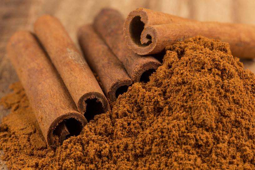 Popularna przyprawa kuchenna otrzymywana z wysuszonej kory cynamonowca /123RF/PICSEL