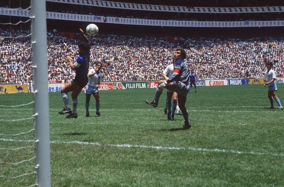 """Popularna """"Ręka Boga"""" w meczu między Argentyną a Anglią (Meksyk, 1986) /PAP/DPA"""