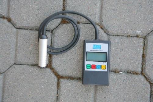Popularne mierniki grubości lakieru posiadają głowicę pomiarową osadzoną na przewodzie. Urządzenie wyposażone jest w wyświetlacz wyników, przyciski sterujące oraz oświetlenie. /Motor