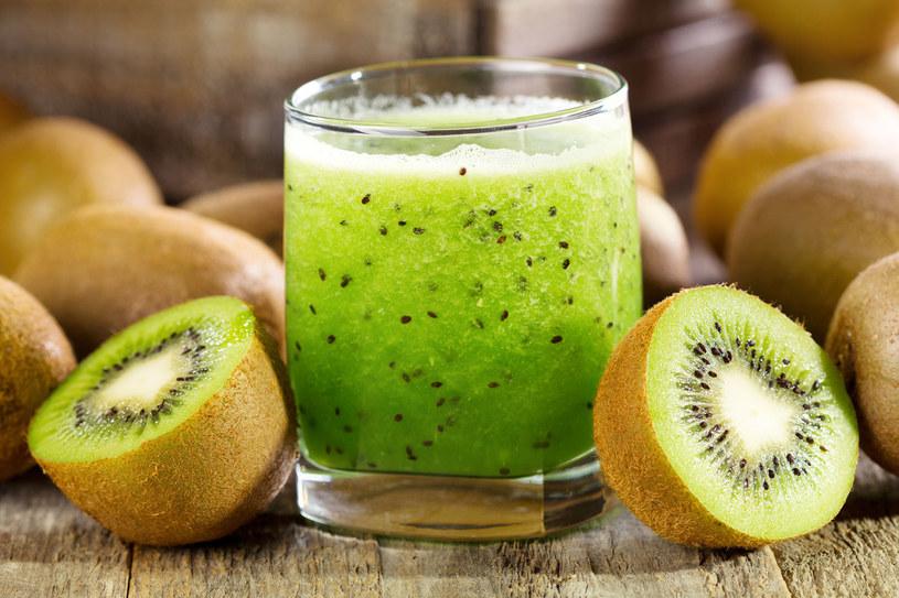Popularność zyskują soki przecierowe typu smoothie. To schłodzone napoje ze zmiksowanych owoców z dodatkiem syropów smakowych, jogurtów, mleka, miodu /123RF/PICSEL