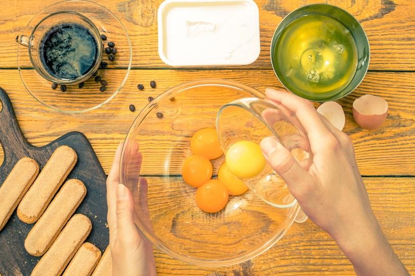 Popularny deser tiramisu przygotowuje się z surowych żółtek /123RF/PICSEL