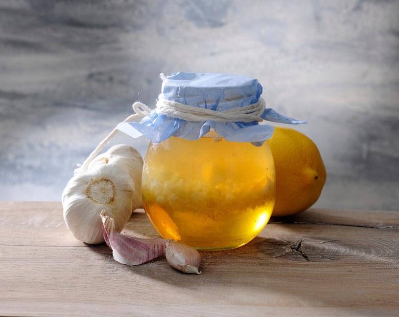 """Popularnym domowym sposobem na zapobieganie zakrzepicy jest """"woda czosnkowa"""". Dwa rozgniecione ząbki czosnku i 2 plasterki cytryny zalewamy wodą, dodjemy kilka kropli oliwy i odstawiamy na 15 minut /123RF/PICSEL"""