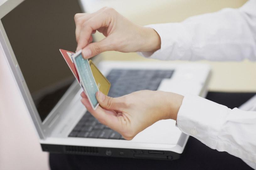 Popularnym sposobem wyłudzania pieniędzy są metody z użyciem kart płatniczych oraz nieautoryzowane transakcje /© Glowimages