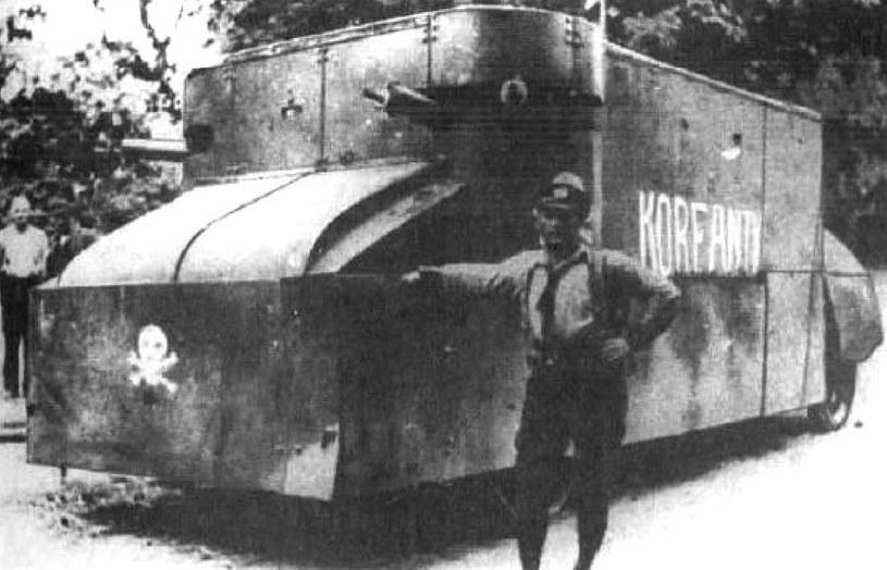 Por. mar. Robert Oszek przy samochodzie pancernym Korfanty /domena publiczna