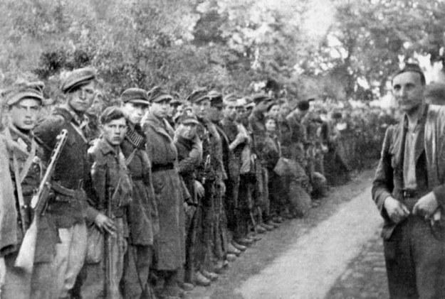 Por. Tadeusz Kuncewicz pseud. Podkowa (pierwszy z prawej) z batalionem zbornym 27. Wołyńskiej Dywizji Piechoty AK, Szczebrzeszyn, 30 lipca 1944 r. /Z archiwum Narodowego Archiwum Cyfrowego