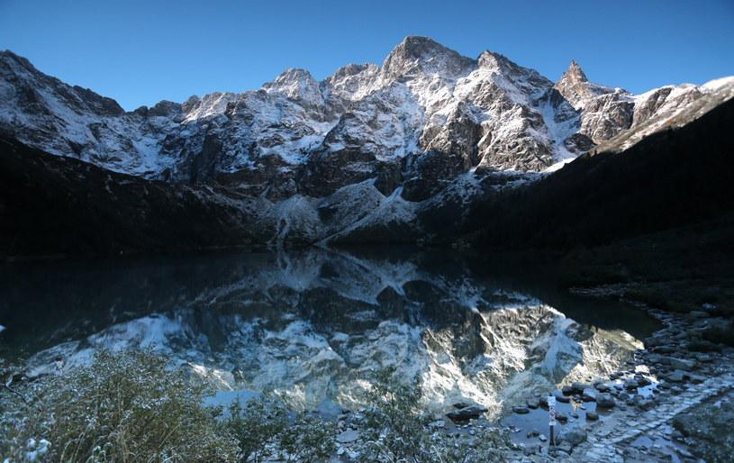 Poranek nad Morskim Okiem w Tatrach. W górach panuje zimowa pogoda /Grzegorz Momot /PAP