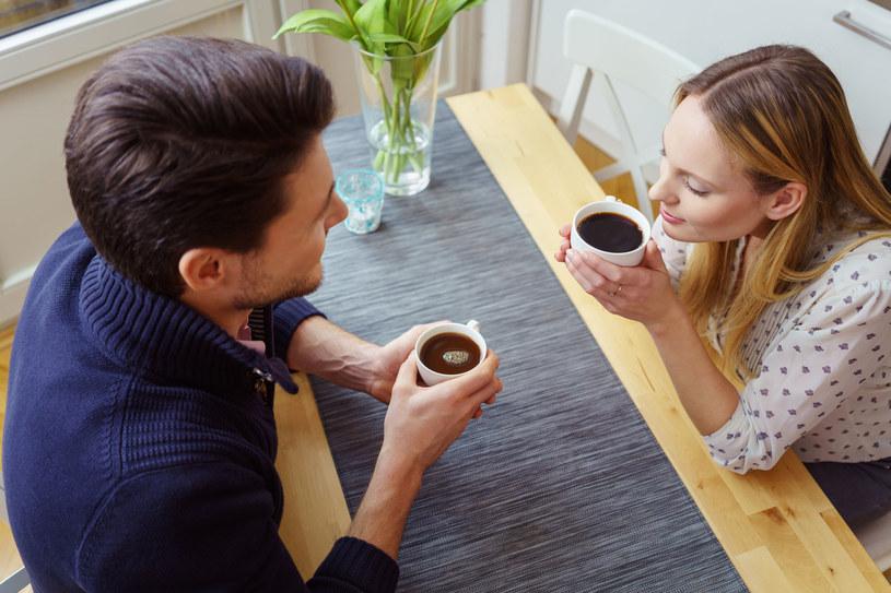 Poranną kawę najchętniej pije się w towarzystwie bliskiej osoby /123RF/PICSEL