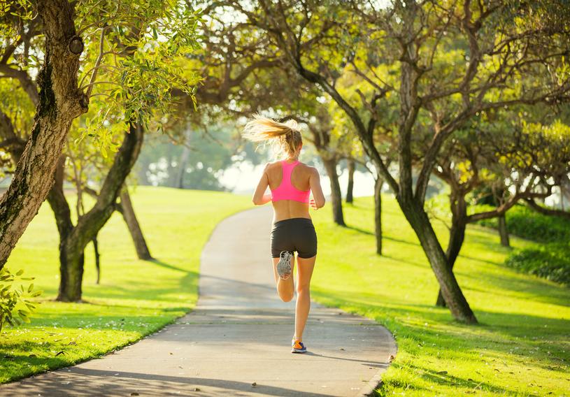 Poranne bieganie to idealny sposób na rozpoczęcie dnia. Nasz mózg dotlenia się, więc sprawniej pracuje przez resztę doby /123RF/PICSEL