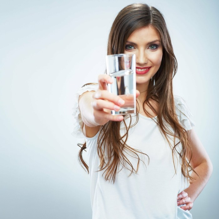 Poranne picie wody /© Photogenica