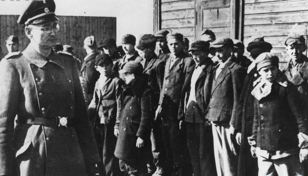 Poranny apel w obozie dla dzieci polskich w Łodzi, 1942 /Z archiwum Narodowego Archiwum Cyfrowego