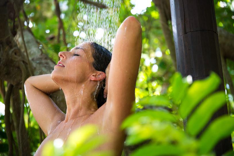 Poranny prysznic zapewni świeżość na długie godziny /123RF/PICSEL