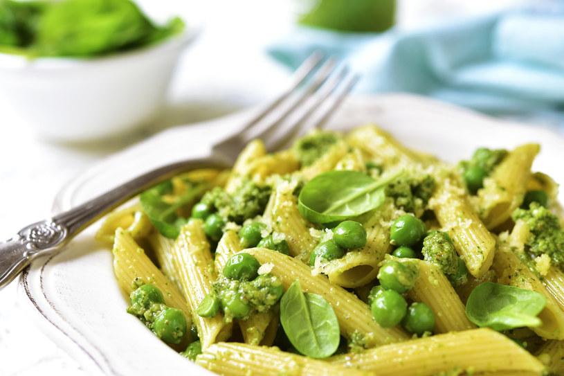 Porcja ziół i warzyw z makaronem to świetny pomysł na obiad /123RF/PICSEL