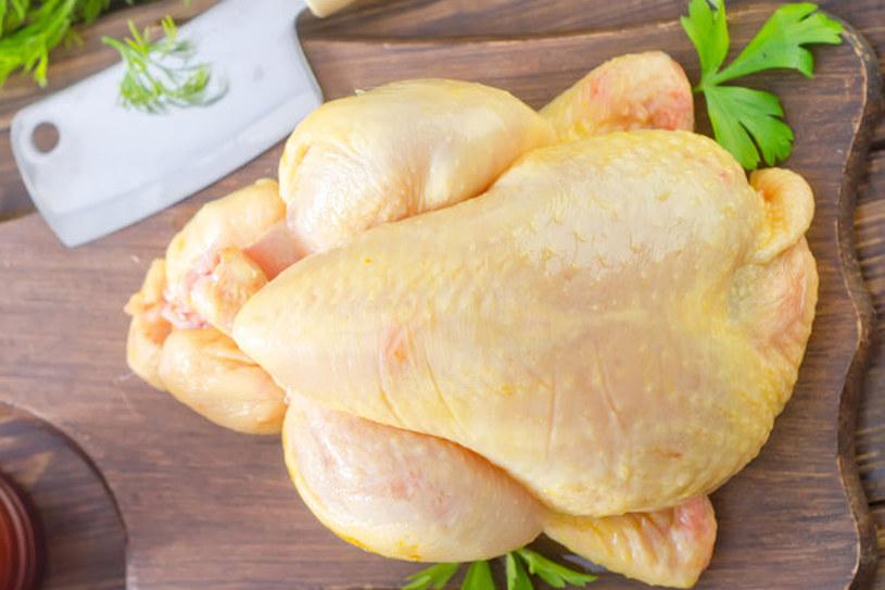 Porcjowanie kurczaka pozwala sporo zaoszczędzić /123RF/PICSEL