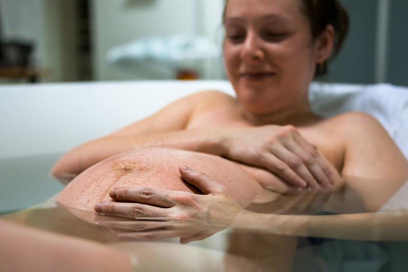 Poród w wodzie (i do wody) oraz możliwość przybierania dowolnych pozycji - ten zestaw naprawdę łagodzi ból /123RF/PICSEL