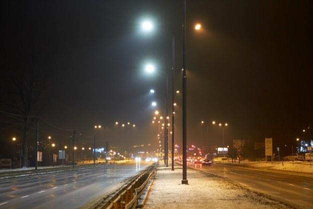 Porównanie oświetlenia LED (po lewej) i klasycznego /