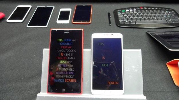 Porównanie wyświetlaczy - Nokia Lumia 1520 i telefon konkurencji /INTERIA.PL