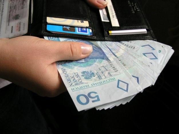 Porównywanie własnych zarobków z dochodami przyjaciół i rodziny prowadzi do uczucia przygnębienia /INTERIA.PL