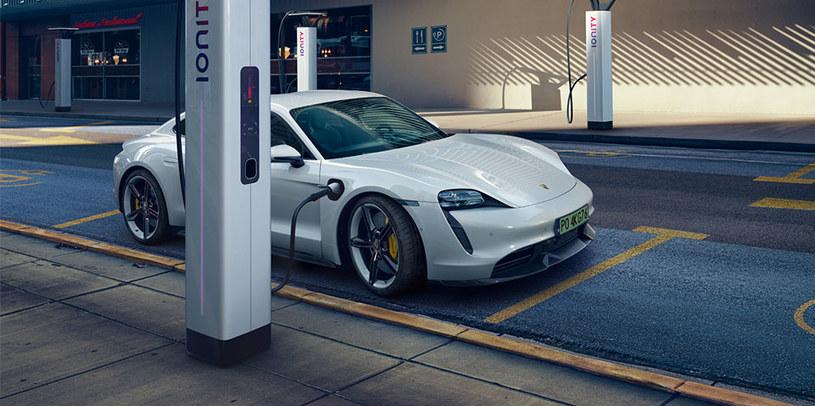 Porsche Taycan w trakcie ładowania /materiały prasowe