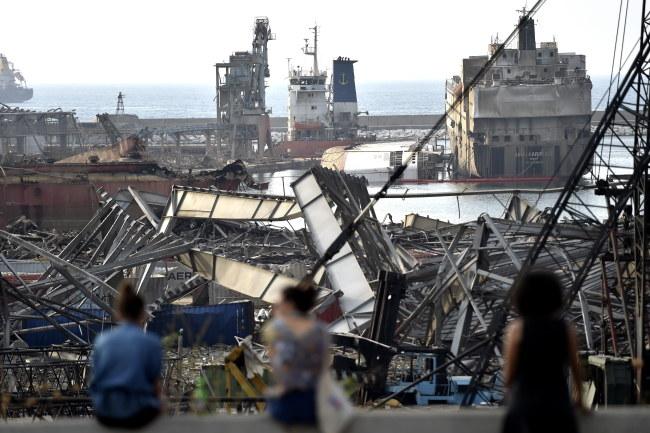 Port w Bejrucie zniszczony przez eksplozję /WAEL HAMZEH /PAP/EPA