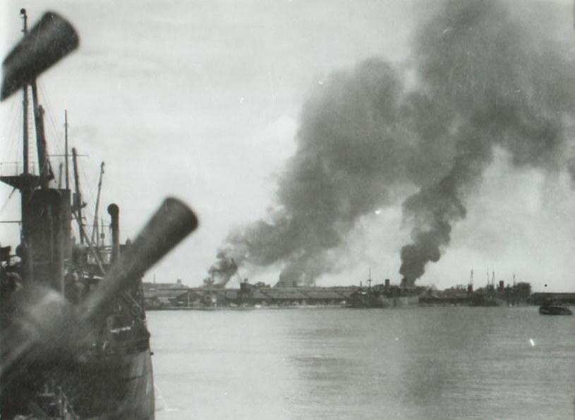 Port w Singapurze pod japońskimi bombami w 1942 roku /British Museum /materiały prasowe