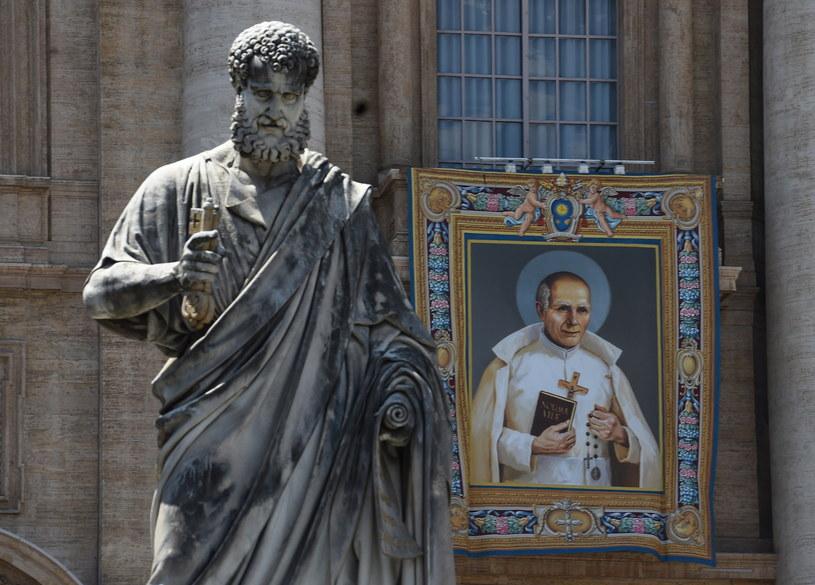 Portret błogosławionego Stanisława Papczyńskiego na frontonie Bazyliki św. Piotra w Watykanie /Radek Pietruszka /PAP