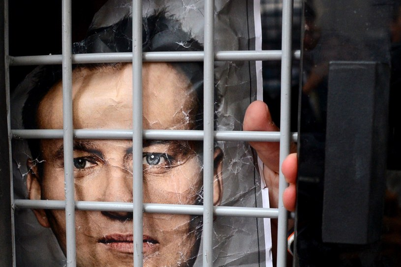 Portret Nawalnego umieszczony za kratami /AFP