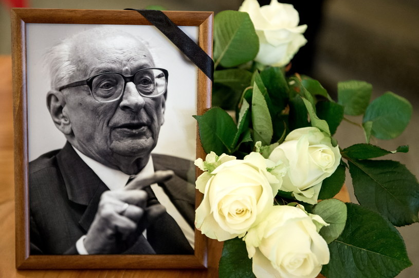 Portret prof. Władysława Bartoszewskiego obok księgi kondolencyjnej /Maciej Kulczyński /PAP